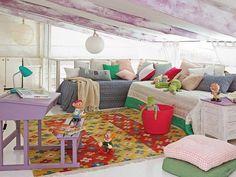 Buhardilla con vigas de madera teñida / Un garaje convertido en una encantadora vivienda de dos plantas #hogarhabitissimo #boho