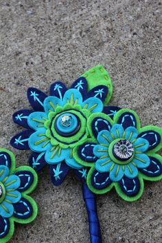 Mother Felt Button Corsage by rbkcreations Hand Embroidery Flowers, Felt Embroidery, Felt Applique, Fabric Art, Fabric Crafts, Sewing Crafts, Felt Flowers, Fabric Flowers, Button Flowers