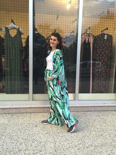 Bu sezonun olmazsa olması bol paça rahat pantolonlar ve buna aynı desende uzun Kimonolar eklendi şık ve rahat olmak istiyorsanız favoriniz olacaktır takım 100₺ bilgi ve sipariş için whatsaap 05301183326
