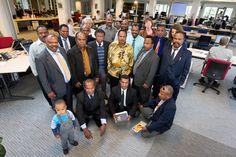 Een groep christenen uit Papoea bezoekt de newsroom van het Reformatorisch Dagblad