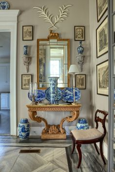 entry by interior designer Furlow Gatewood. blue and white Chinoiserie porcelain Beautiful Interiors, Beautiful Homes, Blue And White China, Blue China, Blue Gold, Chinoiserie Chic, White Rooms, White Decor, Interiores Design
