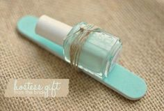 een vijl met een nagellak erop een klein maar leuk cadeau