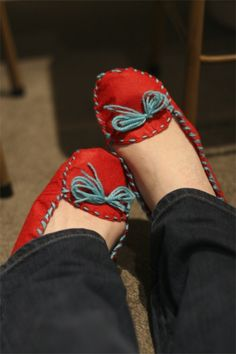 This isn't really sewing.but a DIY mock Moccasins.shows you in felt but I have a feeling you could use whatever material you want! Felt Diy, Felt Crafts, Fabric Crafts, Felted Slippers, Diy Clothing, Craft Tutorials, Diy Fashion, Couture, Felt Tutorial