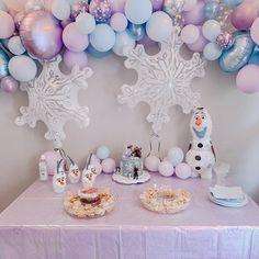 Frozen Birthday Outfit, Frozen Themed Birthday Party, Disney Frozen Birthday, 2nd Birthday Party Themes, 5th Birthday, Birthday Ideas, Frozen Party Decorations, Birthday Party Decorations, Frozen Balloons