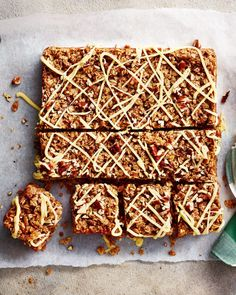 This classic flapjack recipe champions one of nature's sweetest treat: maple syrup. Munch on a square of these oaty maple and pecan bites with a cup of tea. Tray Bake Recipes, Easy Baking Recipes, Baking Tips, Cake Recipes, Sin Gluten, Crackers, Chocolates, Nutella, Graham