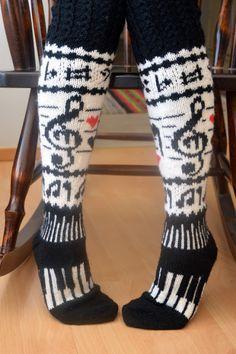 Minulla on ystävä, jolle musiikki on lähellä sydäntä. Nähdessäni nämä sukat ajattelin heti, että tuossa on hänelle sukat. Näytin hänelle ... Crochet Socks, Knit Mittens, Knitting Socks, Hand Knitting, Knit Crochet, Knitting Patterns, Knitting Quotes, Knitted Coat, Wool Socks