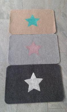 Hier könnt ihr ganz tolle Fußabtreter in verschiedenen Farben ergattern.  Der Teppich hat jeweils eine Größe von 40 x 60 cm und ist mit einem Stern versehen worden.  Bei Gebrauch kann es zu einem...