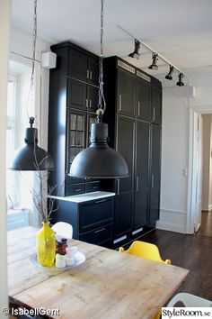 köksluckor,svart kök,svart kökslampa Apartment Renovation, Black Kitchens, Mid-century Modern, Kitchen Design, Home And Garden, Dining Room, Design Inspiration, House Design, Ceiling Lights