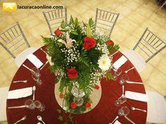 Los centros de mesa altos decorados con cristales colgantes estan muy de moda. #Wedding