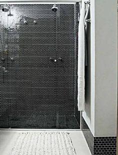 """38. Casa, 119 m², Consuelo Jorge: Aplicadas no boxe, as pastilhas de vidro (Colortil) dão a impressão de profundidade. Nas demais paredes, ficaram limitadas ao rodapé. """"O propósito não era economizar material, mas manter o visual leve"""", afirma Consuelo Jorge."""