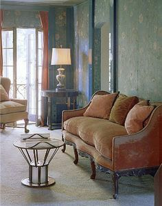 This Art Deco pink velvet sofa which is designed by Elsie de Wolfe is part of a bedroom furniture at Beverly Hills home design by Elsie de Wolfe for Countess Dorothy di Frasso. Elsie De Wolfe, Marlene Dietrich, Chinoiserie, Sofa Design, Pink Velvet Sofa, Beverly Hills Houses, Pink Tiles, Looks Chic, Celebrity Houses