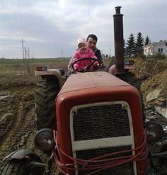 Tata, córka i traktor