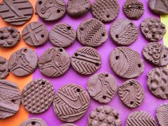 Shoe sole clay pendants link to science. Clay Projects For Kids, Kids Clay, School Art Projects, Clay Art For Kids, Cadeau Parents, Ceramics Projects, Ceramics Ideas, Kindergarten Art, Art Lessons Elementary