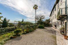 Dai un'occhiata a questo fantastico annuncio su Airbnb: Antica dimora Vista Lago e giardino - case in affitto a Padenghe Sul Garda