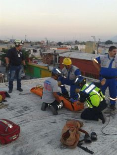 Protección Civil y Bomberos San Nicolás atendiendo a un paciente electrocutado.  Utilizando su Chaleco G2 Vest y su mochila LoadNGo Statpacks. EMS Mexico  Equipando a los Profesionales