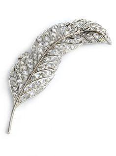 Länge: ca. 7 cm. Gewicht: ca. 13,5 g. Platin. Um 1940. Hübsche Federbrosche besetzt mit Diamantrosen, zus. ca. 1,2 ct. (10219424) (16) Diamond feather brooch...