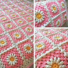 Seguindo com Colchas e Mantas, hoje trouxe  mais uma   Na série sobre decoração em crochê:            E vejam estas que achei na net:     ...
