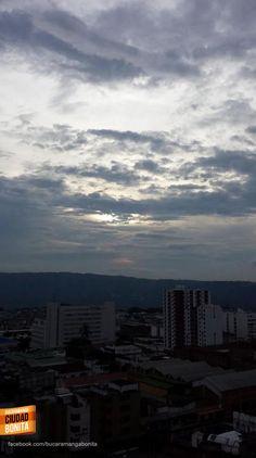 Hermoso contraste, el cielo y nuestra Bucaramanga al iniciar el atardecer. Gracias @judlup por la foto #atardecerBUC