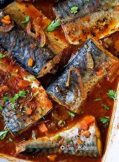 Macrou in sos marinat este un preparat care, desi are ingrediente simple si putine are un gust minunat, dulce acrisor si merge foarte bine langa o portie de mamaliguta. Serbian Recipes, Russian Recipes, Fish Recipes, Seafood Recipes, Cooking Recipes, Good Food, Yummy Food, How To Cook Fish, Romanian Food