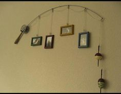 Old fishing pole put to good use as a decoration with fishing pictures. Do It Yourself Vintage, Deco Nature, Fishing Pictures, Hang Pictures, Hang Photos, Display Pictures, Hunting Pictures, Bedroom Pictures, Picture Holders