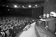 Promulgada a Constituição em 5 de outubro de 1988, os parlamentares e o presidente da República, José Sarney, juram obedecê-la.