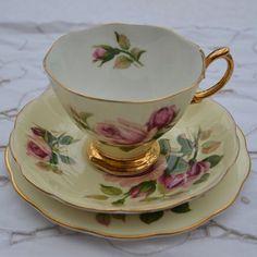 Šálek na čaj trio * porcelán vanilkové barva s malovanými fialovými růžemi, zdobený zlatem ♥