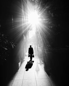 Do you want to shoot amazing black and white urban photography on your iPhone? Discover 9 tips for striking black and white street photos. Monochrome Photography, Urban Photography, Night Photography, Black And White Photography, Amazing Photography, Street Photography, Black And White People, Black And White City, Black And White Pictures