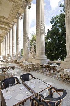 Le Mini Palais Restaurant, Paris, no coração do Triângulo de Ouro, na Av Winston Churchill. As colunas imperiais impõem a presença do restaurante, que oferece vistas da Pont Alexandre II e do rio Sena.
