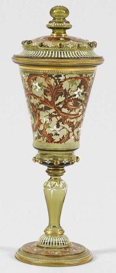 Großer Historismus-Deckelpokal im Renaissance-Stil Grünes Glas. Mittig gewölbter Fuß, in einen H