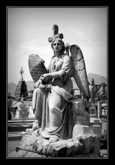Ángel sobre tumba en el Presbítero Maestro.