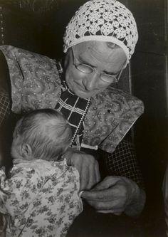 Grootmoeder met bakerkind, ca 1940.  Het bakerkind wordt door grootmoeder aangekleed. #Utrecht #Spakenburg