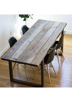 Tavolo da cucina realizzato dalla fabbrica delle idee Designxtutti, un prodotto originale unico nel suo genere. Un tavolo molto semplice con tutto il profumo del legno anticato. Le gambe sono in ferro il piano composto da tavole di legno massello spessore 3cm.  La finitura del piano può anche essere realizzata su misura.  La misura proposta: L 160x80x75 cm  Possiamo realizzarlo completamente