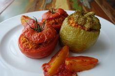 """Zur Abwechslung möchte ich wieder einmal ein Gemüsegericht aus Griechenland präsentieren: """"Gemista"""" sind mit Reis gefüllte Tomaten und Paprika, die als Hauptspeise oder Beilage serviert werden könn…"""