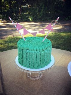 Ruffled Smash Cake with DIY bunting - #firstbirthday #smashcake