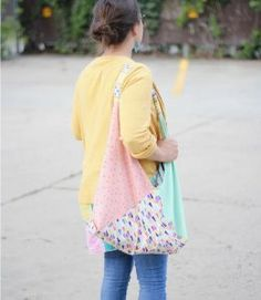 Sew a Spring Fat Quarter Project - Make it Coats This is a great beginner project- takes 6 fat quarters and about an hour to make. #beginnersewingproject #fatquarterproject #sewing #totebag #coatsandclark
