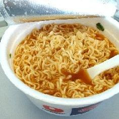 recipes with ramen noodles. i actually still like ramen noodles even though im out of college! Roman Noodles, Roman Food, Ramen Noodle Recipes, Good Food, Yummy Food, Cooking On A Budget, Stop Eating, Quick Meals, Asian Recipes