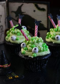 Cauldron Cupcakes- Dark chocolate cupcakes with a fluffy buttercream frosting all decked out in a bubbly cauldron for Halloween. Halloween Baking, Halloween Desserts, Halloween Cupcakes, Halloween Treats, Halloween Party, Halloween Goodies, Halloween Activities, Mini Cakes, Cupcake Cakes