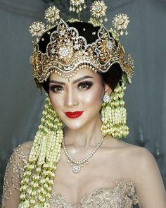 Kebaya Wedding, Wedding Bride, Wedding Poses, Wedding Dresses, Indonesian Wedding, Model Kebaya, Kebaya Dress, Bride Makeup, Wedding Beauty