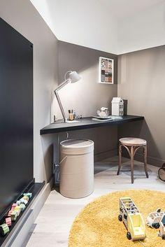 Dans la chambre d'enfant, le coin bureau a été réalisé sur mesure pour épouser l'angle de la pièce. Plus de photos sur Côté Maison http://petitlien.fr/83en