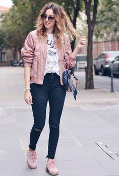 Conjunto chaqueta rosa, camiseta blanca estampada, pantalones tejanos azules, zapatillas rosas, bandolera beis, gafas marrones y pañuelo azul estampado