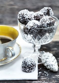 3 great recipes on tasty oatmeal delights (also known as havregrynskugler) Danish Christmas, Christmas Sweets, Christmas Baking, Danish Cuisine, Danish Food, Cake Recipes, Dessert Recipes, Scandinavian Food, Homemade Candies