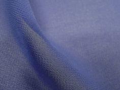 Crepe Light (Arara azul). Tecido leve e extremamente fluido, com transparência e suave textura. Aposte em modelagens amplas e fluidas. Sugestão para confeccionar: camisaria, blusas, batas, saias, vestidos longos, entre outros.