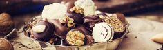 Al pensar en chocolate la mente viaja hasta países centroeuropeos. Sin embargo, allí este producto llegó bastante después que a la corte española. Quizás en esta asociación influya que en España, hasta mediados del siglo XIX, el chocolate –del nahuatl xoxolatl- era solo una bebida. A nadie se le había ocurrido antes comercializarlo como un alimento sólido.