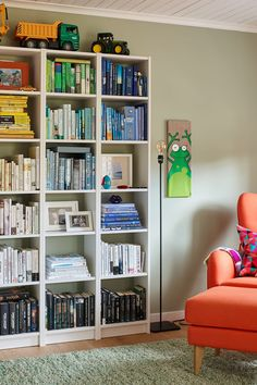 Bokhyllen kan bli et lekkert skue hvis du stabler bøkene etter farger, gjør som her så blir bøkene en del av interiøret. Veggen er malt i Pale Linden fra Jotun. #stue#bokhylle#sortert#farger#grønn#vegg#orange#stol#inspirasjon#teppe#interiør#Palelinden#Jotun#lenestol#lesekrok#Fargerike#fargekordinerte#bøker Bookcase, Ikea, Shelves, Home Decor, Rome, Shelving, Decoration Home, Ikea Co, Room Decor