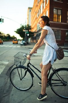 Riding your bike in a summer dress on a warm day. Het is het beste wat er is! Female Cyclist, Cycle Chic, Bicycle Maintenance, Cool Bike Accessories, Bicycle Girl, Bike Seat, Bike Style, Dress With Sneakers, Bike Helmets