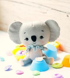 Koalas: mom and baby. by Noialand on Etsy Hand Sewing Projects, Use E Abuse, Felt Baby, Sewing Toys, Sewing Crafts, Cute Toys, Felt Toys, Felt Ornaments, Felt Animals
