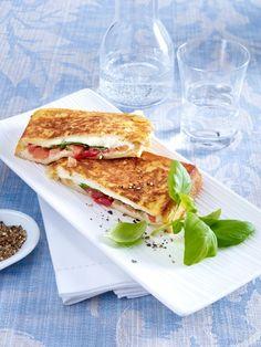 Italienischer KlassikerTomate Mozzarella - klassisch als Salat Caprese oder modern als Zucchini-Brot-Auflauf. Wir holen uns das