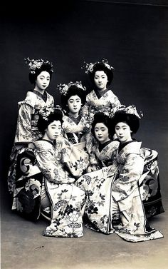 Odori 1928 - A group of Maiko Girls (Apprentice Geisha) dressed for the Miyako Odori (Cherry Dance), sometime around Maiko Fukiko in the centre and Maiko Tomeko to her lower right. They think of themselves as sisters, and call each other such. Old Photos, Vintage Photos, Vintage Magazine, Memoirs Of A Geisha, Luge, Art Japonais, Japanese Culture, Japanese History, Japanese Beauty