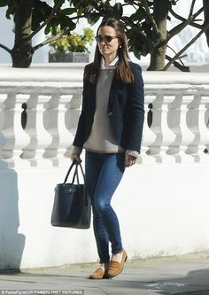 Making the most of the good weather Pippa added a pair of shades to complete her outfit on. # classic Casual Outfits kate spade Pippa Middleton steps out in similar outfit to Kate Look Casual Otoño, Style Casual, Casual Chic, Casual Outfits, Look Fashion, Daily Fashion, Royal Fashion, Autumn Fashion, Fashion Outfits