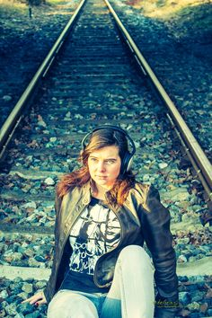 Model: Christiane Aufnahme: Eisenbahnschienen Location: Duisburg Fotograf: #deGrasi